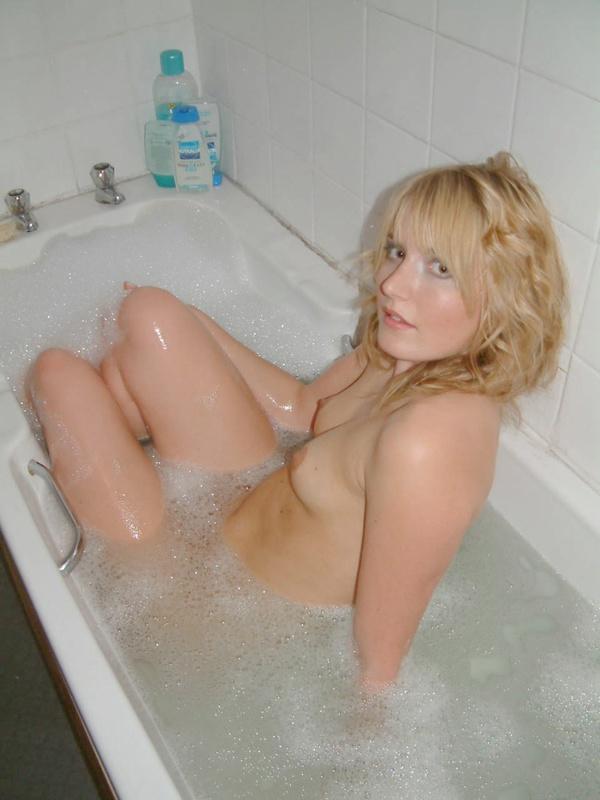 Принимает душ и позирует в ванной