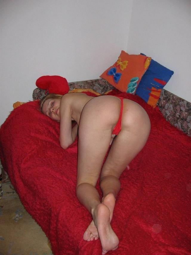 Деваха позирует голышом перед камерой парня на красном диване и возле шкафа 22 фото