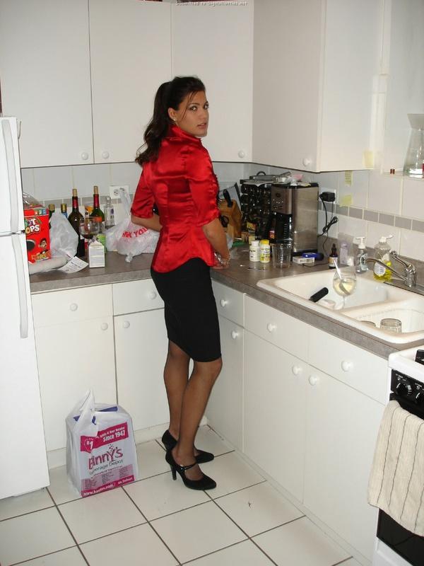 30летняя француженка в чулках соблазняет мужа на кухне 15 фото