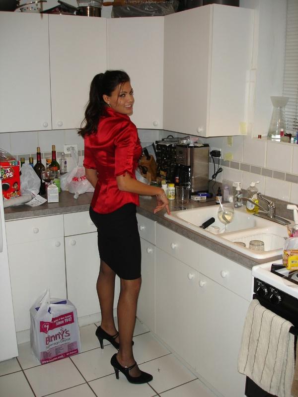 30летняя француженка в чулках соблазняет мужа на кухне 16 фото