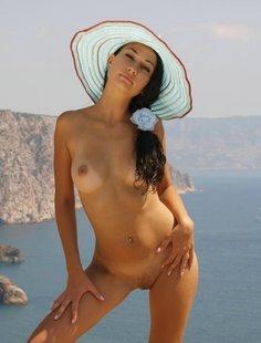 Сексапильная брюнетка обожает делать снимки на природе голышом