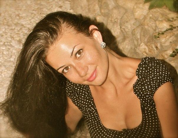 Сексапильная брюнетка обожает делать снимки на природе голышом 2 фото
