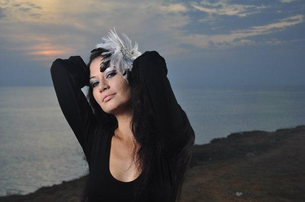 Сексапильная брюнетка обожает делать снимки на природе голышом 1 фото