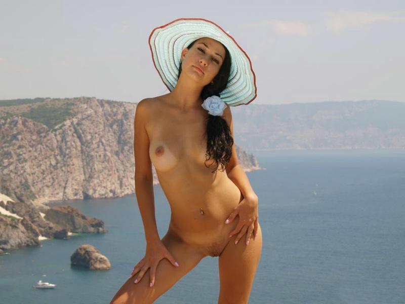 Сексапильная брюнетка обожает делать снимки на природе голышом 17 фото
