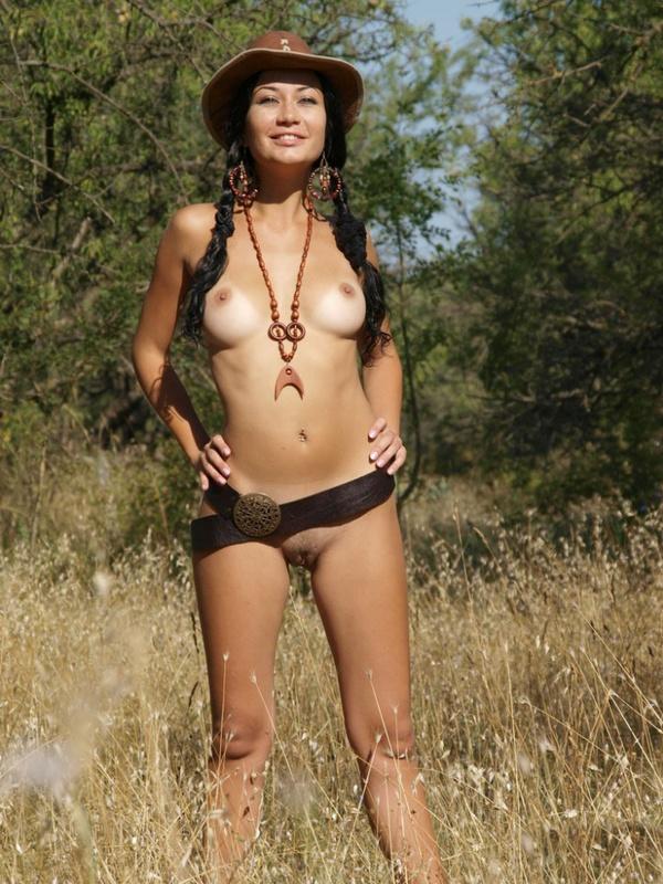 Сексапильная брюнетка обожает делать снимки на природе голышом 8 фото