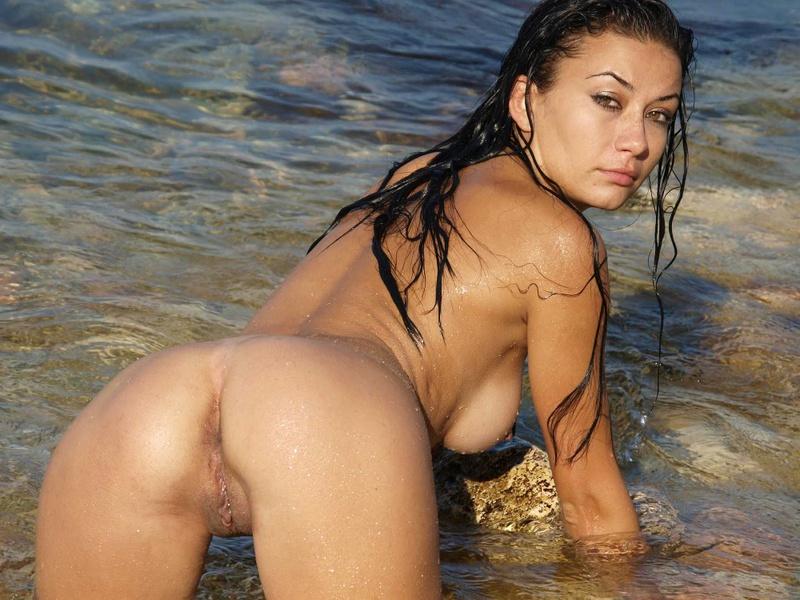 Сексапильная брюнетка обожает делать снимки на природе голышом 19 фото