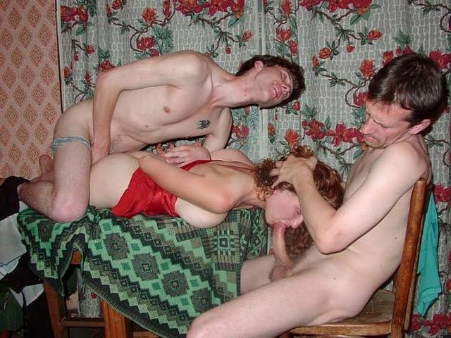 Пьяные строители трахают девок на съемной квартире 3 фото