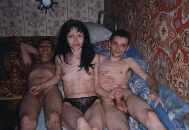 Пьяные строители трахают девок на съемной квартире 11 фото