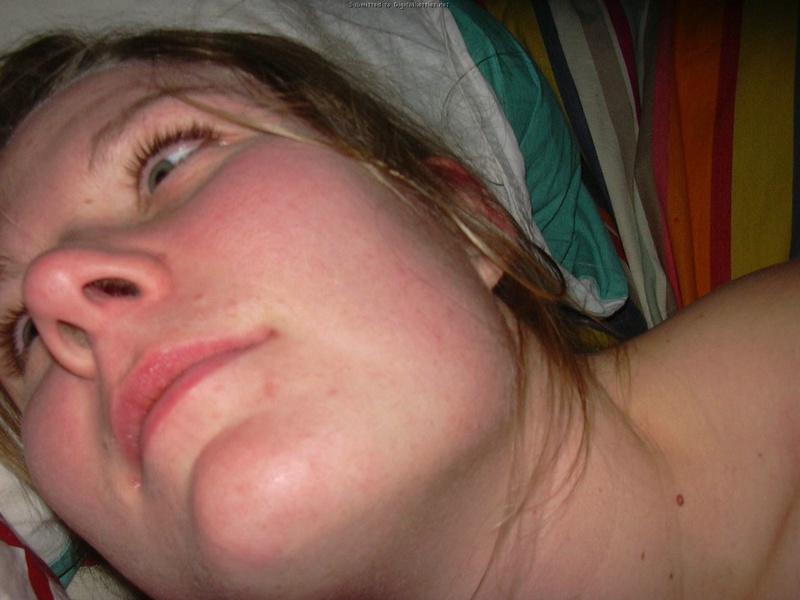 Муж щекочет жене волосатую писю перед супружеским сексом 25 фото