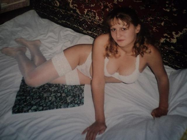 Винтажные кадры очаровательной девушки в черных и белых чулках 10 фото