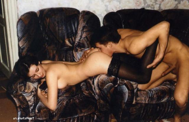 Парень вылизал киску брюнетки и трахнул ее на диване 11 фото