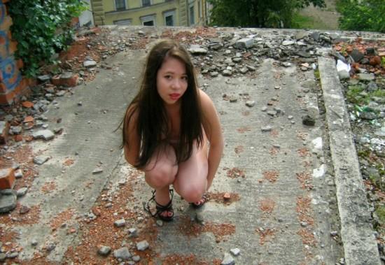 Мокрощелка залезла на стройку и голышом принимает позы 11 фото