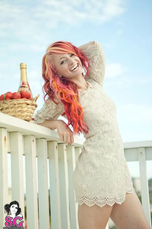 Неформалка с красными волосами разделась на балконе 5 фото