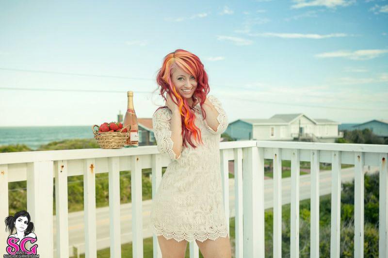 Неформалка с красными волосами разделась на балконе 8 фото