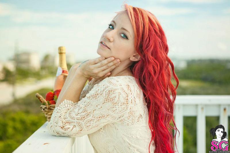 Неформалка с красными волосами разделась на балконе 17 фото