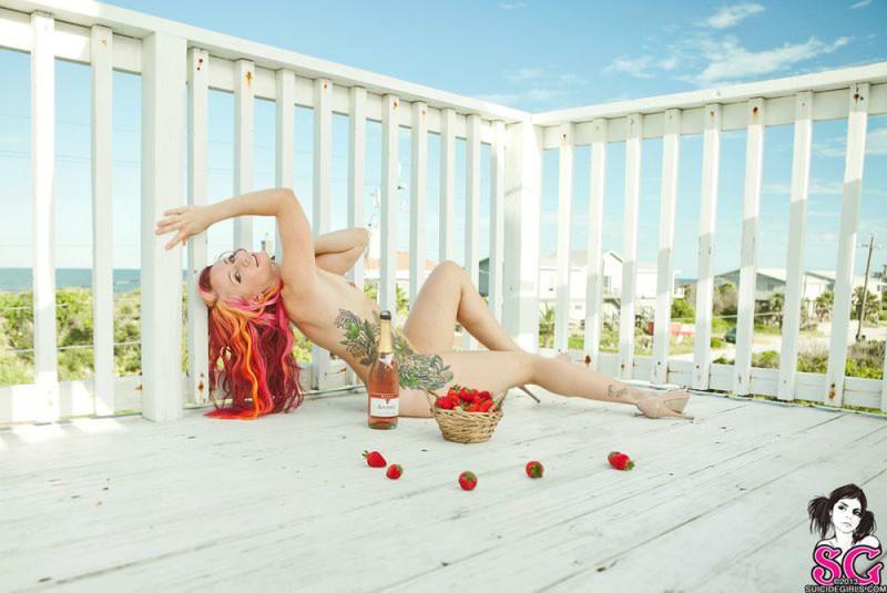 Неформалка с красными волосами разделась на балконе 30 фото