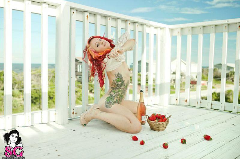 Неформалка с красными волосами разделась на балконе 24 фото