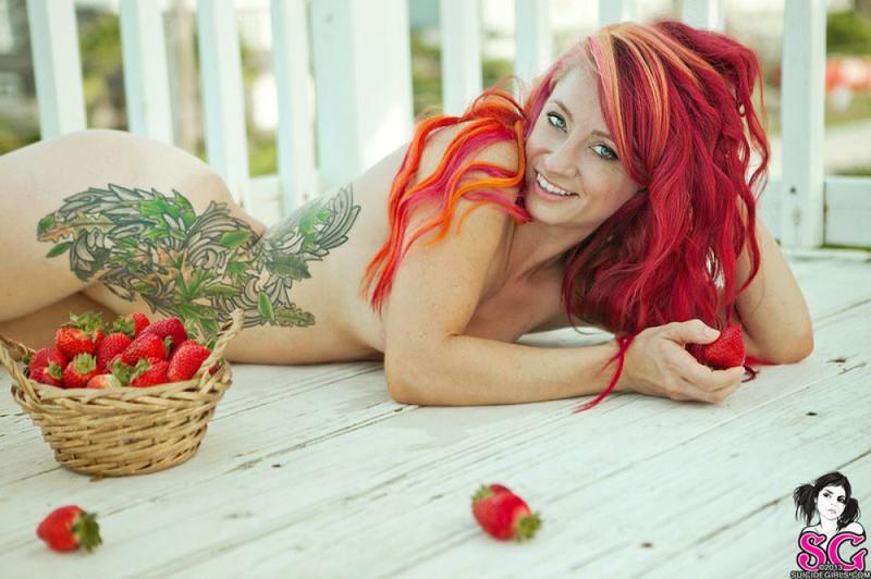 Неформалка с красными волосами разделась на балконе 31 фото