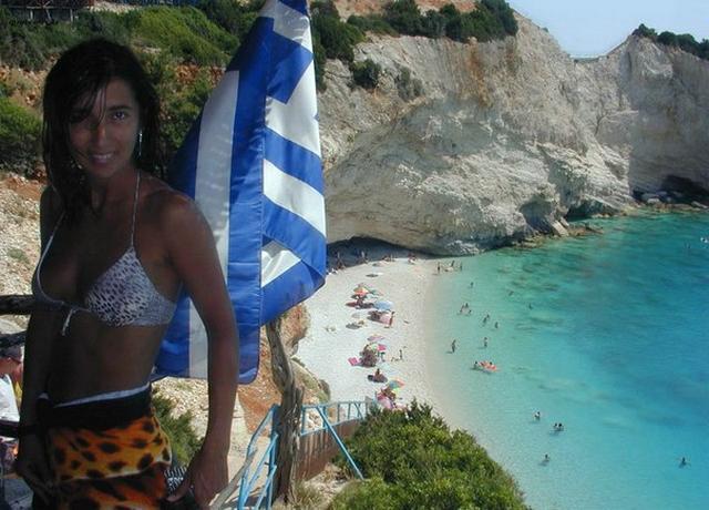 Стройная брюнетка отдыхает на островах в Греции одна 5 фото