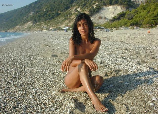 Стройная брюнетка отдыхает на островах в Греции одна 2 фото