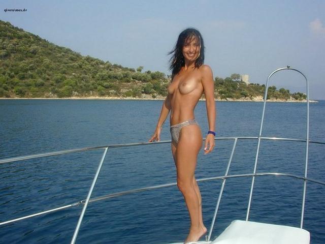 Стройная брюнетка отдыхает на островах в Греции одна 14 фото