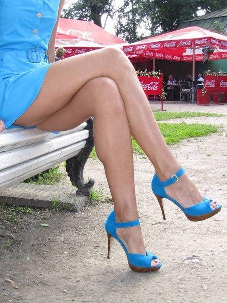 Длинноногая мамочка заводит стройными ножками