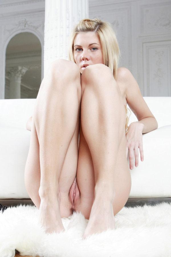 Худенькая блондинка стягивает нижнее белье с себя на диване 10 фото