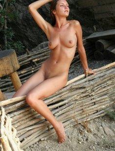 Милаха без одежды на скамейке голая
