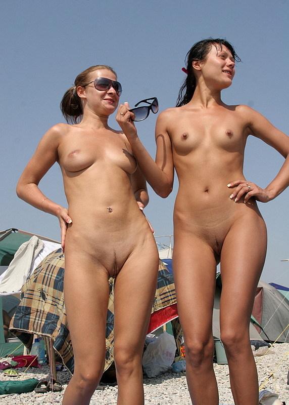 Голые прикольные девчата на пляже 8 фото