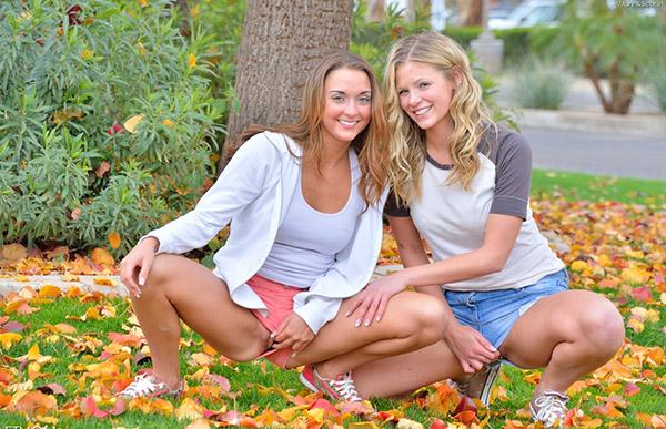 Две лесбиянки снимают шорты в парке 12 фото
