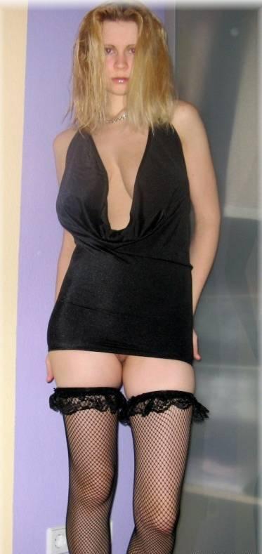 Блондинка с большими буферами обнажилась для соцсетей 4 фото