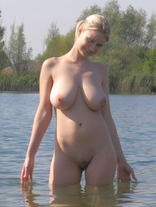 Блондинка с большими буферами обнажилась для соцсетей 17 фото