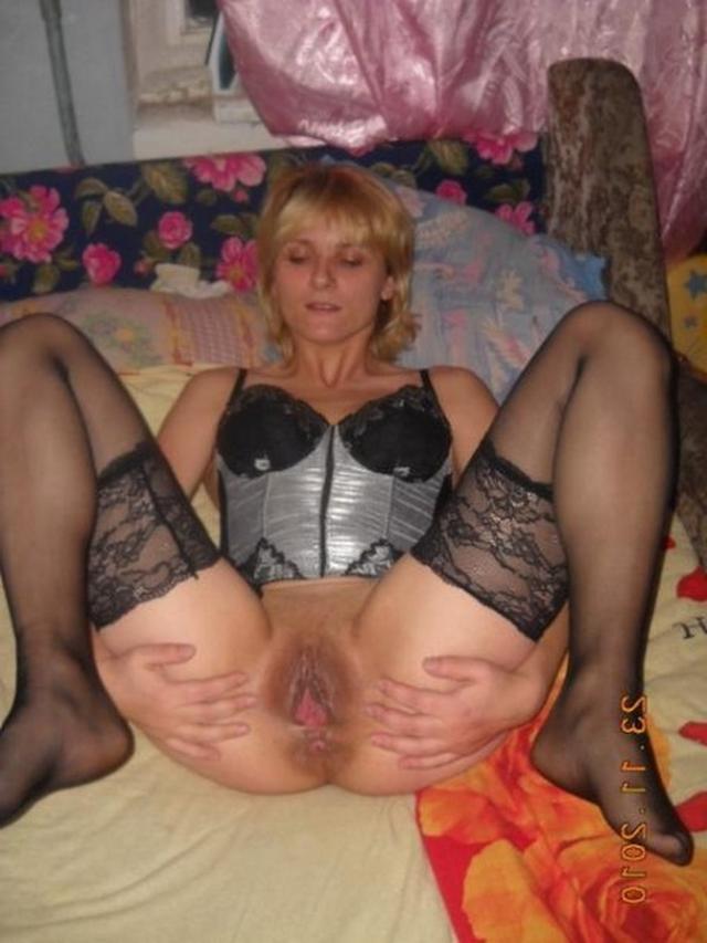 Зрелые бабы надели чулки и позируют для бойфрендов 15 фото