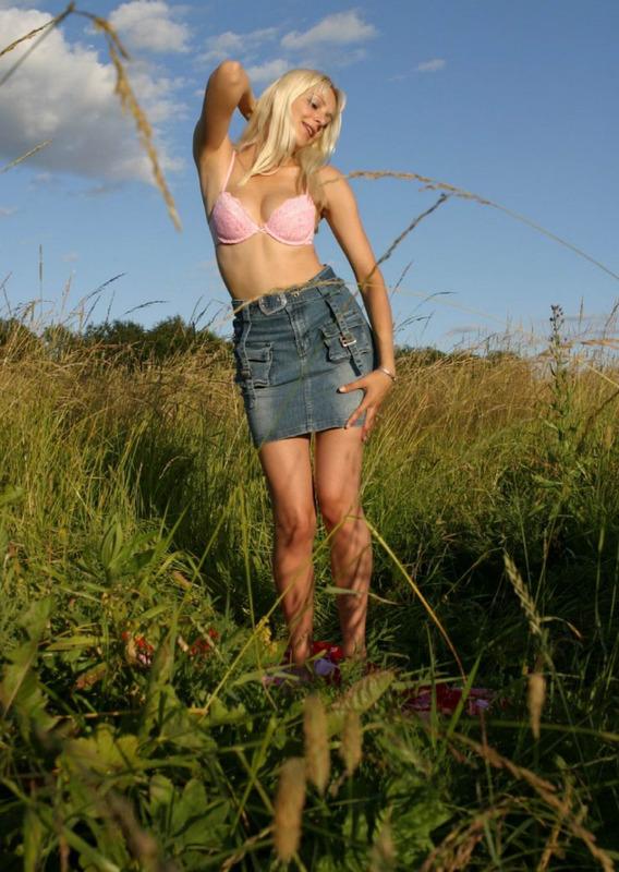 Блондинка на лугу среди травы 1 фото