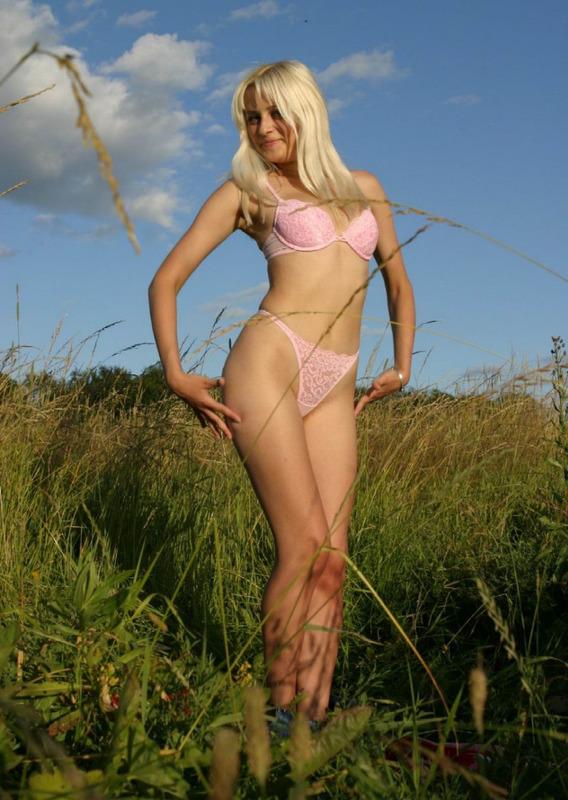 Блондинка на лугу среди травы 3 фото