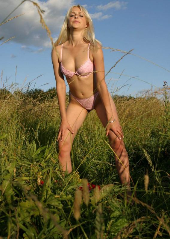Блондинка на лугу среди травы 5 фото
