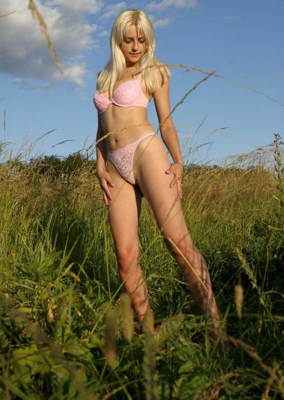 Блондинка на лугу среди травы 4 фото
