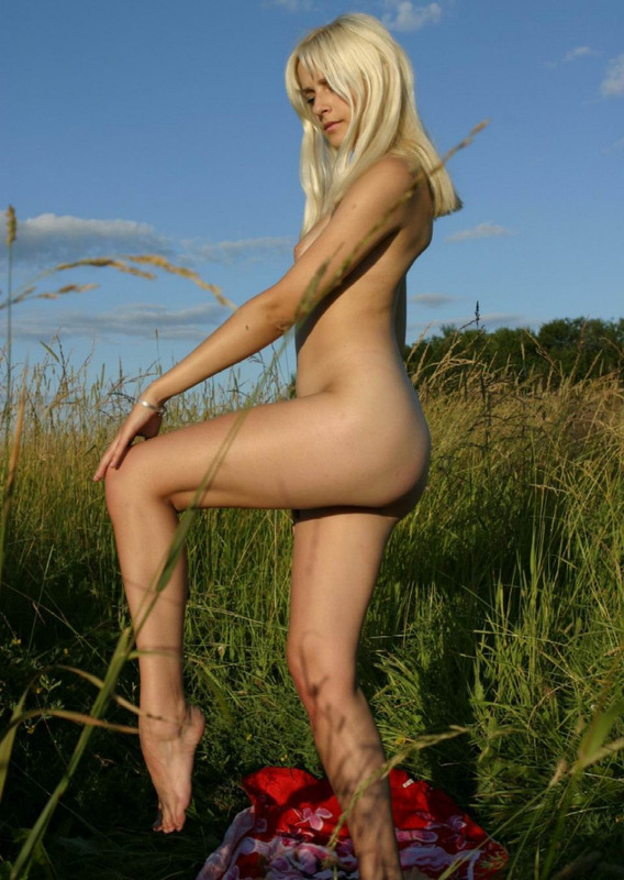 Блондинка на лугу среди травы 19 фото