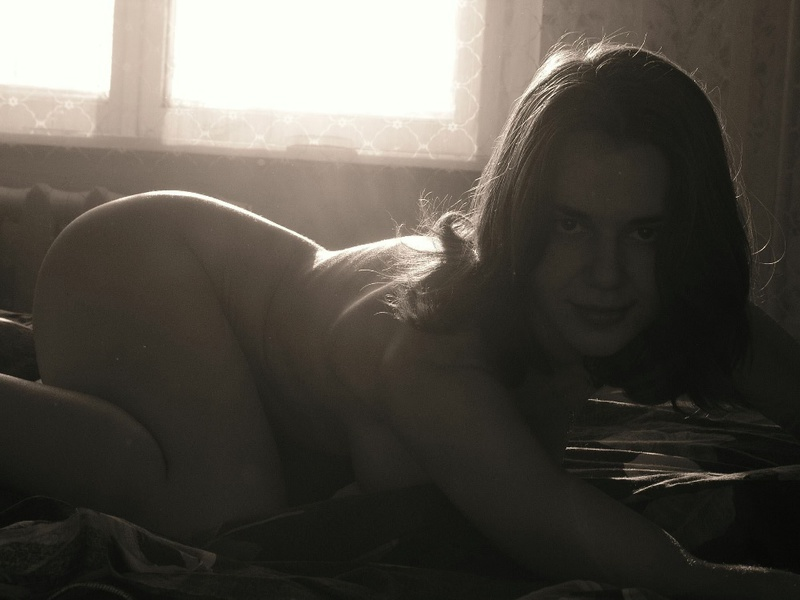Провинциальная 22-летняя сучка позирует на камеру 2 фото