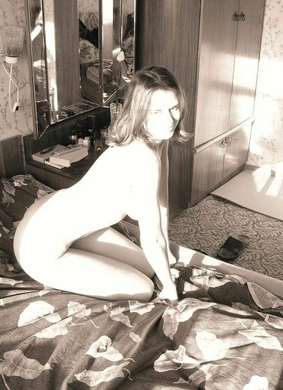 Провинциальная 22-летняя сучка позирует на камеру 6 фото
