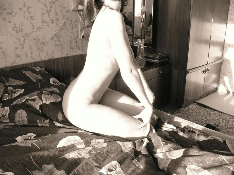 Провинциальная 22-летняя сучка позирует на камеру 3 фото
