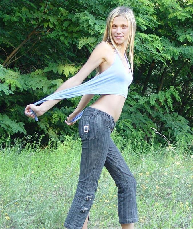 Голая хрупкая девушка позирует на свежем воздухе 7 фото