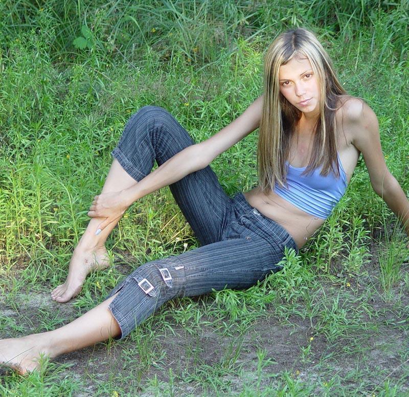 Голая хрупкая девушка позирует на свежем воздухе 2 фото