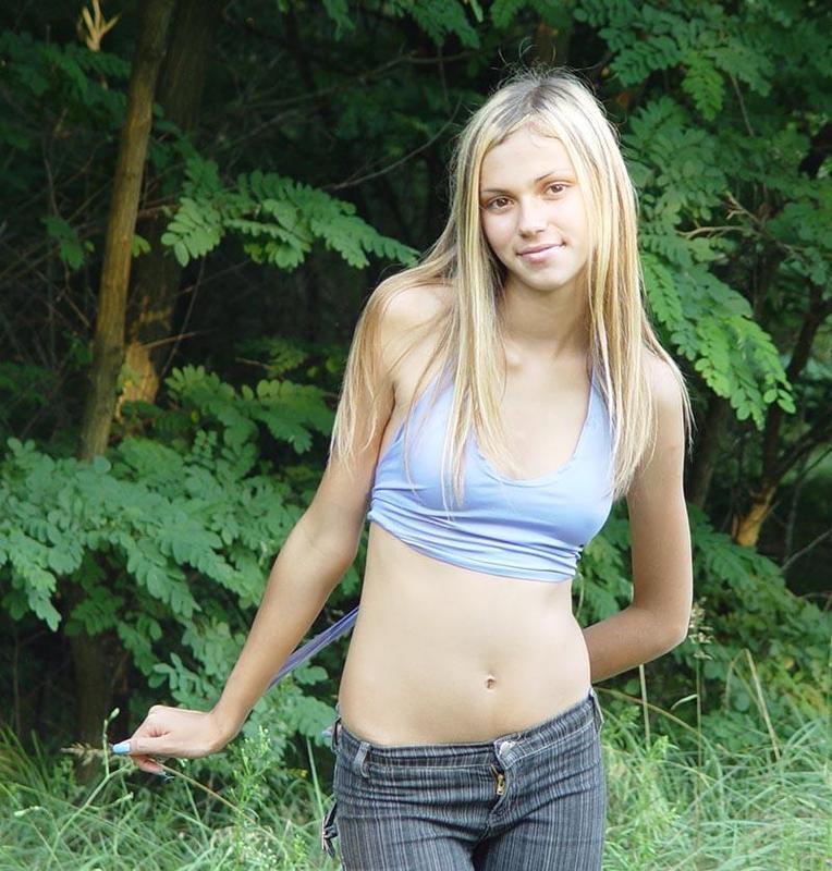 Голая хрупкая девушка позирует на свежем воздухе 6 фото