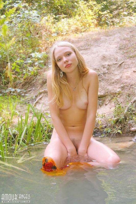 Белокурая студентка оголилась в лесу и красуется пилоткой 17 фото