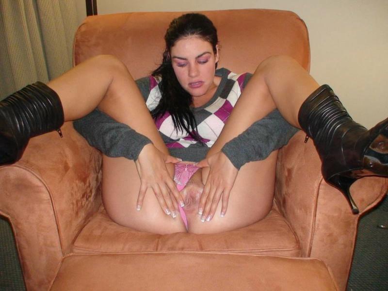 Грудастая мама раздвигает половые губки в кресле 1 фото