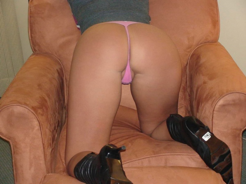 Грудастая мама раздвигает половые губки в кресле 13 фото