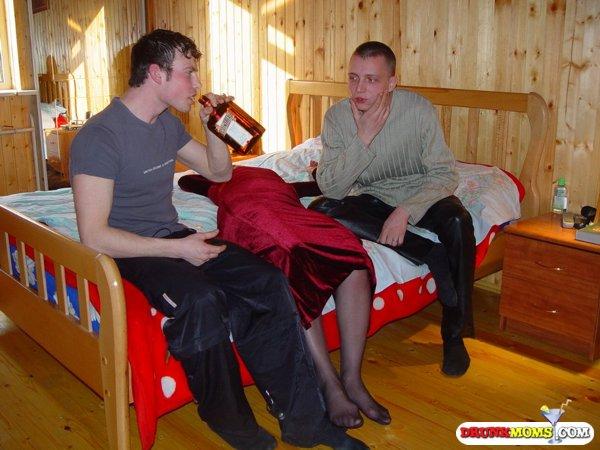 Два молодых парня поимели пьяную давалку в киску 4 фото
