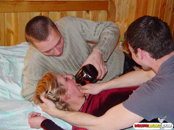 Два молодых парня поимели пьяную давалку в киску 5 фото