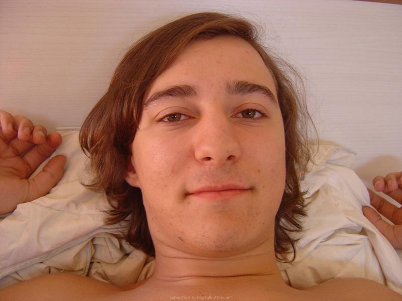Парень с длинными волосами снимает, как он нежно гладит подружку 14 фото